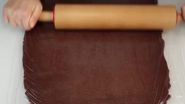 Pekař rohlíky čokoládové těsto list pokrytý fólií na stole