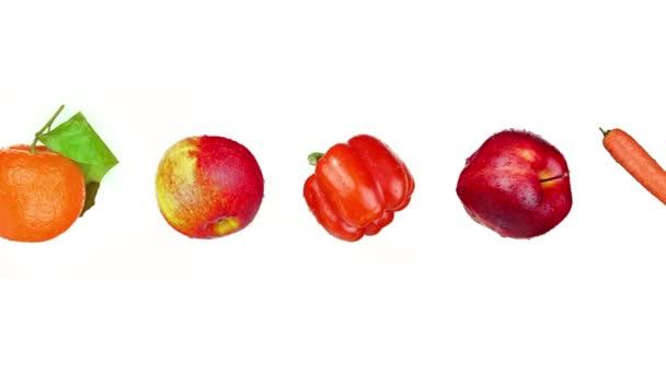Řada čerstvého ovoce a zeleniny na bílém pozadí