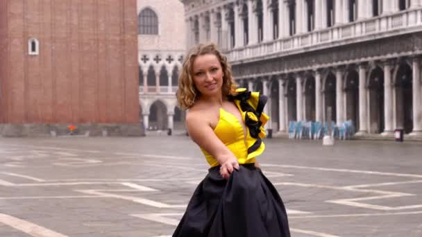 Profi-Model trägt Designer-Karnevalskleid mit Saum