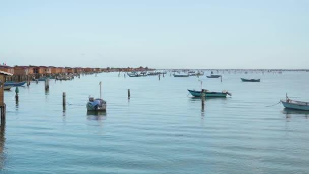 Malá rybářská loď na laguně