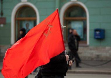 SSCB bayrağı şehrin arka planında.