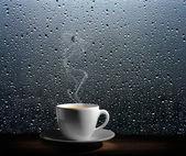 dampfende Kaffeetasse an einem regnerischen Tag Fenster Hintergrund