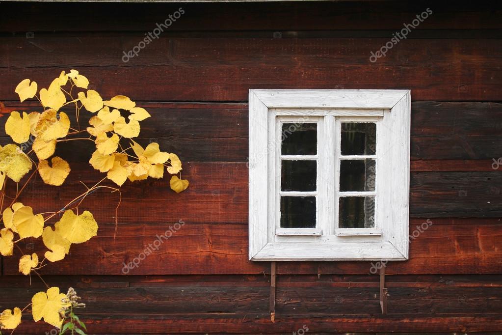 Herfst houten huis u stockfoto studiobarcelona