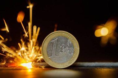 Havai fişeklerle yanan euro sikkesi