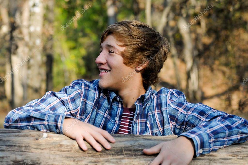 Hübscher Teen Junge Mit Langen Haaren Stockfoto Tammykayphoto