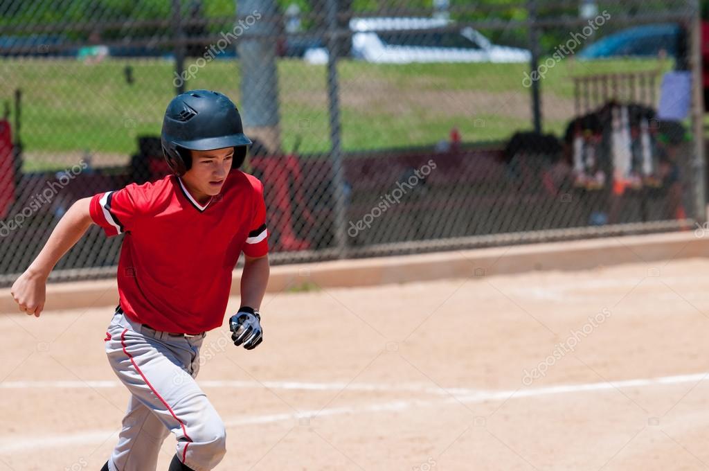 Joueur de baseball américain courir . image libre de droit
