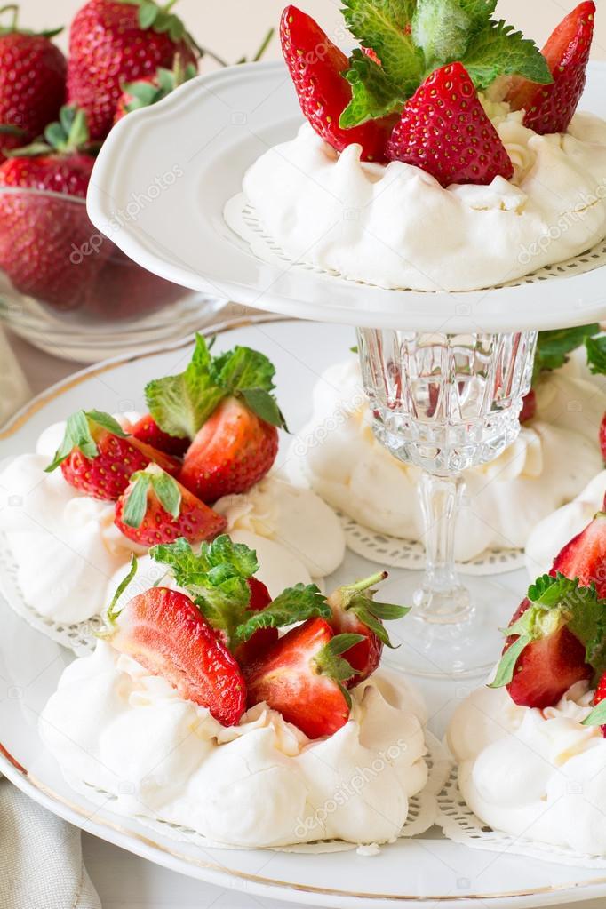 Kleine Erdbeer Pavlova Baiser Kuchen Mit Mascarpone Creme Und