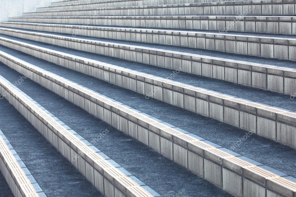 Grijze trap beton u stockfoto torsakarin
