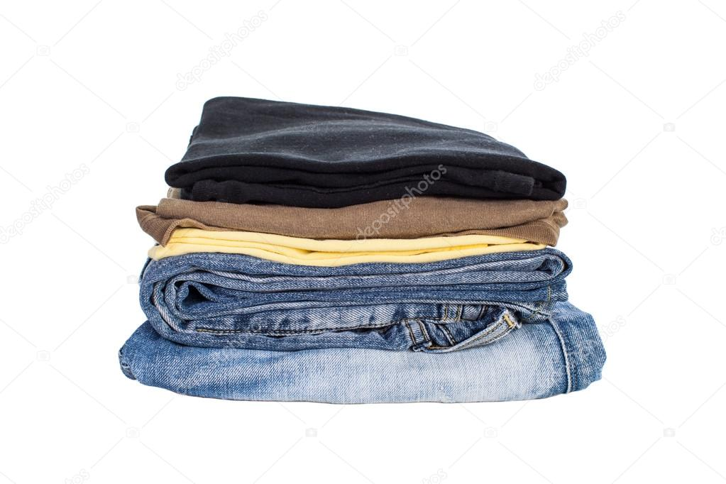 70fad22c8d71 Στοίβα βαμβακερά πουκάμισα και μπλε τζιν που απομονώνονται σε λευκό φόντο