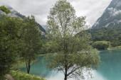 Paesaggio blu lago in montagna