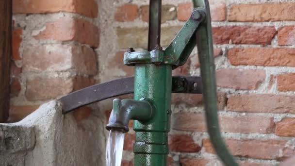 Bomba manual para pozo de agua antiguo v deo de stock for Bomba de agua para pozo