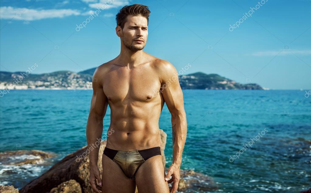 03991f5758 Sexy modelo masculino usar ropa interior de hombres en el paisaje de mar -  modelos de hombres en ropa interior — Foto de ...