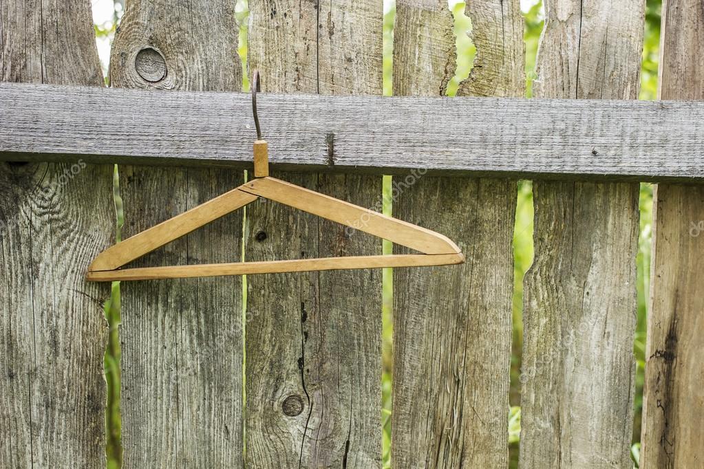 Holz Pro Kleiderbugel Hangen In Einem Alten Zaun Aus Den Brettern