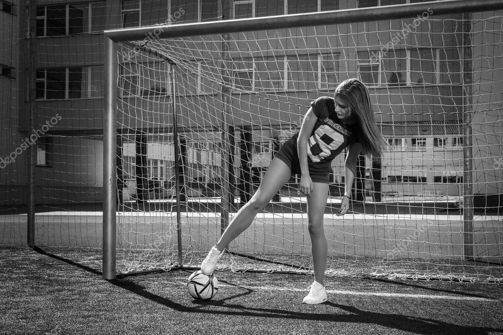 Девушки с футбольным мячом без лица