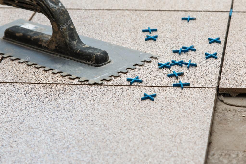 Posa di piastrelle di pavimento u foto stock ay photo