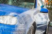Modré auto v mytí aut
