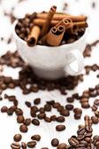 Fotografie tyčinky skořice a kávová zrna