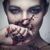 Fotografie Vampir-Frau mit Blut im Gesicht