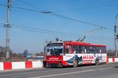 CHERNIVTSI, UKRAJINA - duben11,2021. Trolejbus Škoda 14Tr # 363 (ex. Ostrava # 3256) s cestujícími v ulicích Černovice.