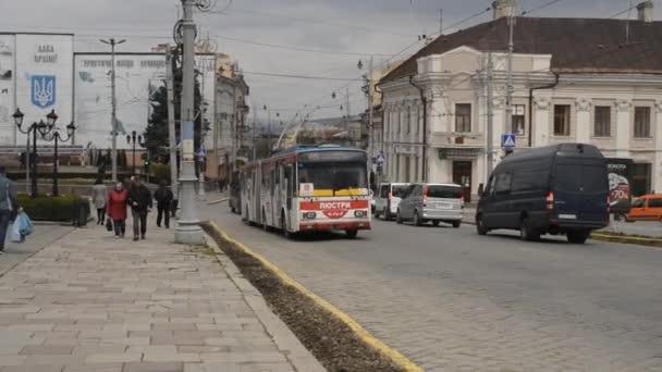 CHERNIVTSI, UKRAJINA - duben27,2021. Trolejbus Škoda 15Tr # 359 (ex. Ostrava # 3507) s cestujícími v ulicích Černovice.