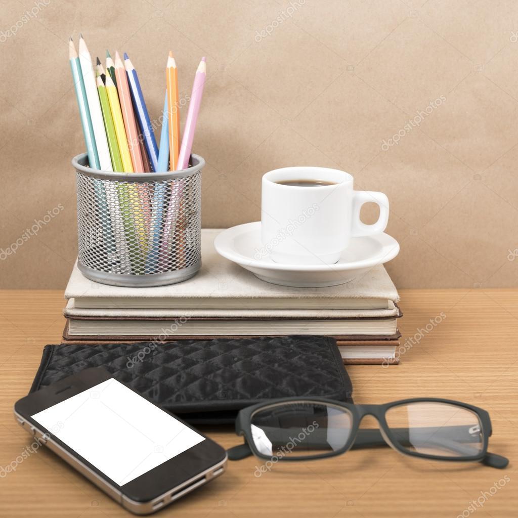 Escritorio de oficina caf con tel fono pila de libros for Telefono oficina