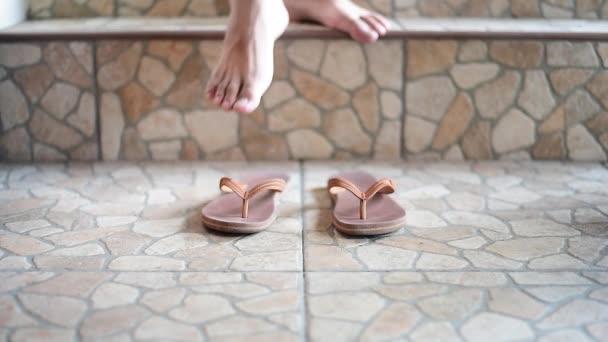 piedi indossando pantofole