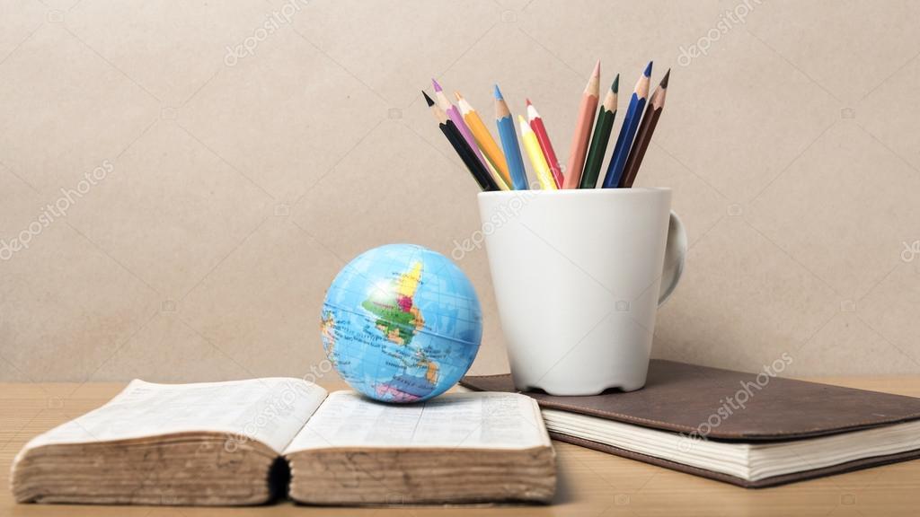 Bola de la tierra con lápices de colores — Foto de stock © ammza12 ...