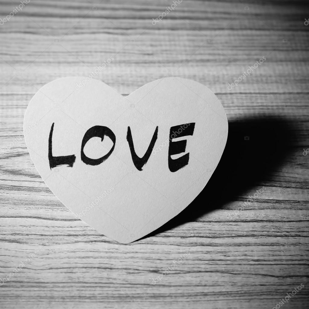 corazón rojo sobre fondo de madera blanco y negro color tono estilo ...