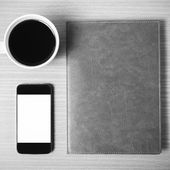 šálek kávy chytrý telefon a notebook, černé a bílé barevný tón s