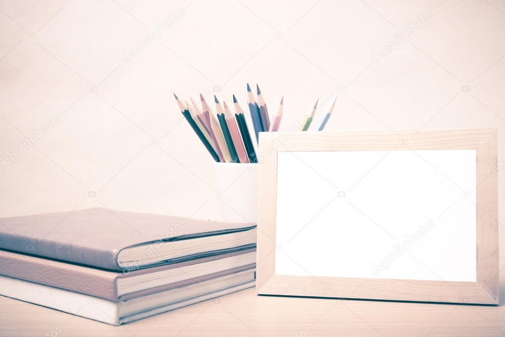 pila de libro y foto marco con estilo vintage de lápiz de color ...