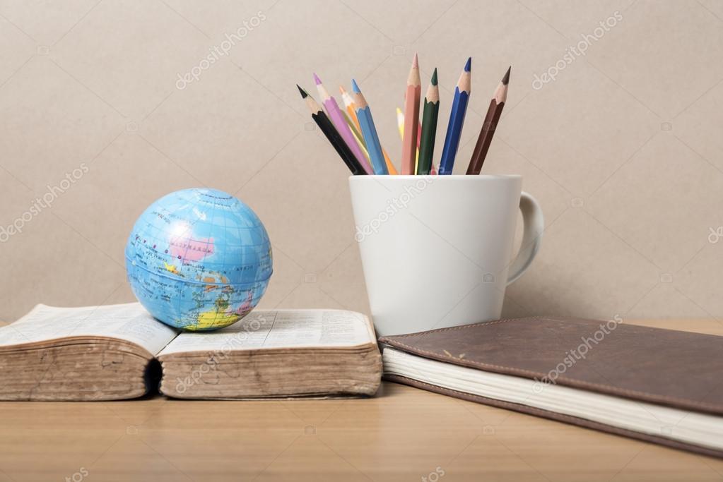 bola de libro y de la tierra con lápiz de color — Foto de stock ...