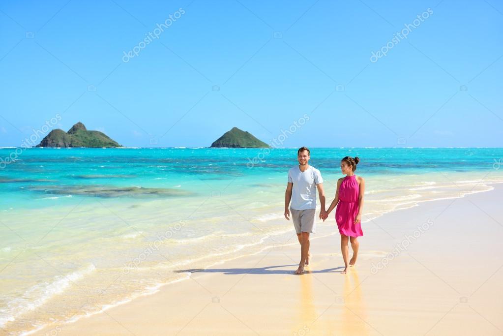 Matrimonio Sulla Spiaggia Alle Hawaii : Coppie che camminano sulla spiaggia alle hawaii — foto