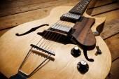 Photo vintage jazz guitar on wood