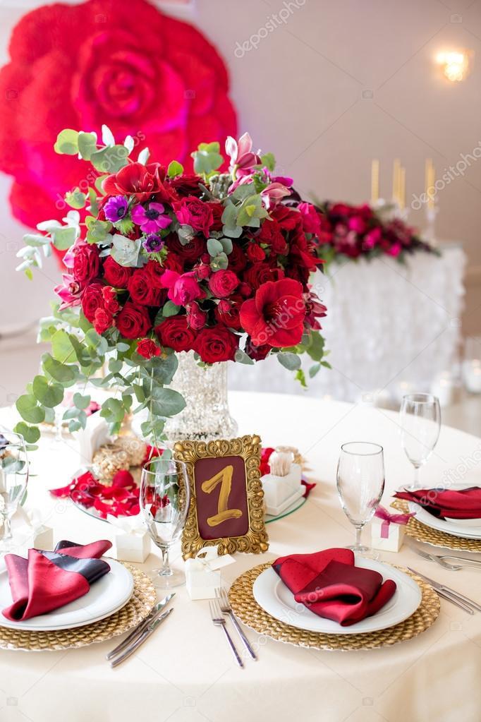 Schöne Blumen auf Tabelle in Hochzeitstag. Luxus Urlaub-Hintergrund ...