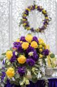 Krásné květiny na stole v den svatby. Luxusní dovolená pozadí