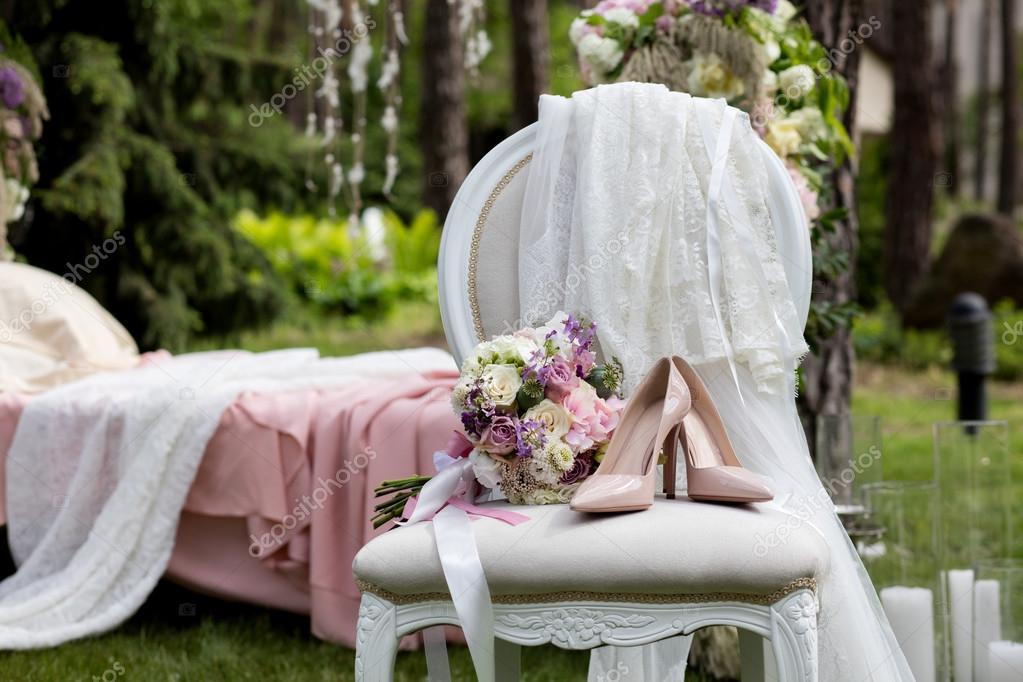 Braut Reihe Von Bouquet Und Schuhe Auf Dem Vintage Stuhl Mit Beige