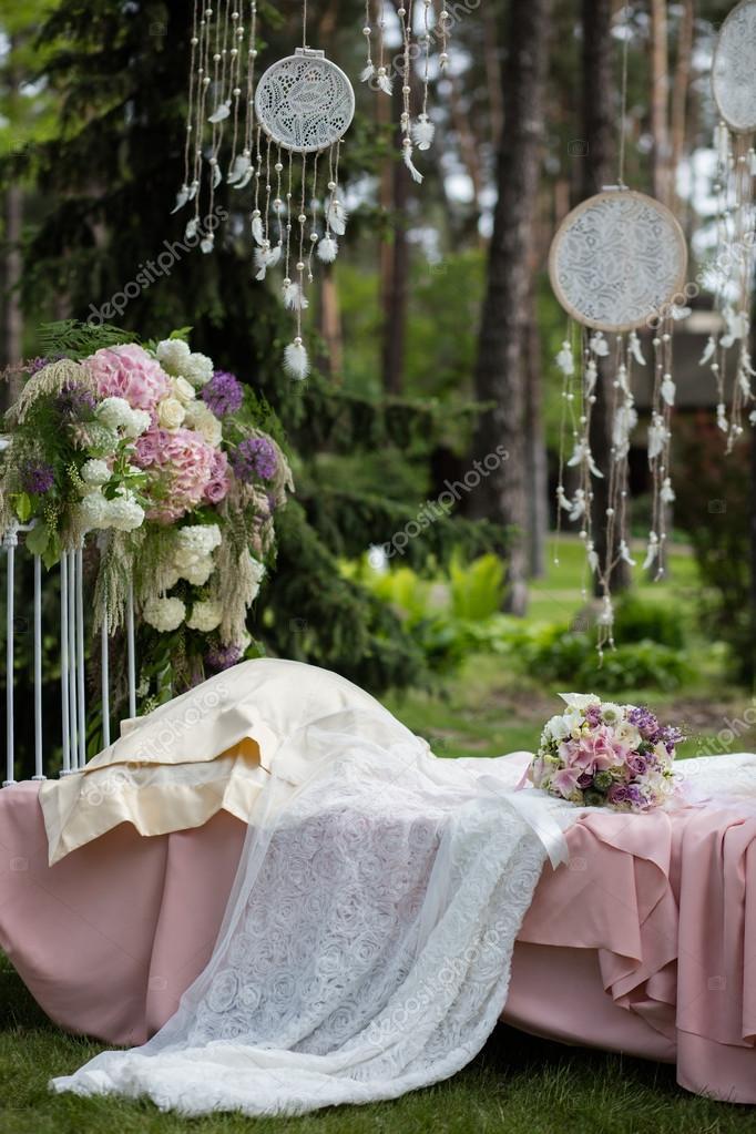 Braut Reihe Von Strauss Auf Dem Vintage Bett Mit Beige Von