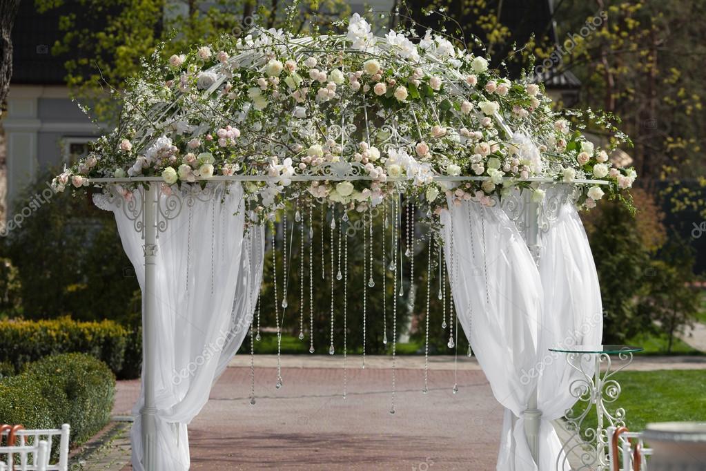 Arco en el jardn para boda Foto de stock ruslaniefremov 96440734
