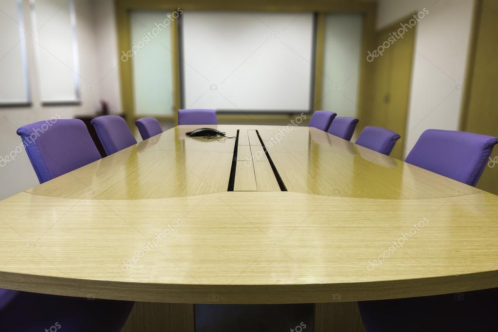 Sala riunioni con tavolo in legno u foto stock mathisa