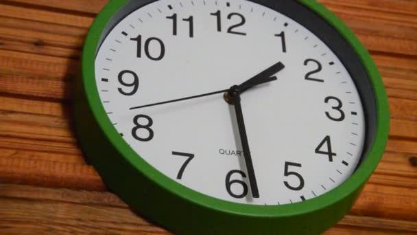 Křemenné hodiny visící na stěně