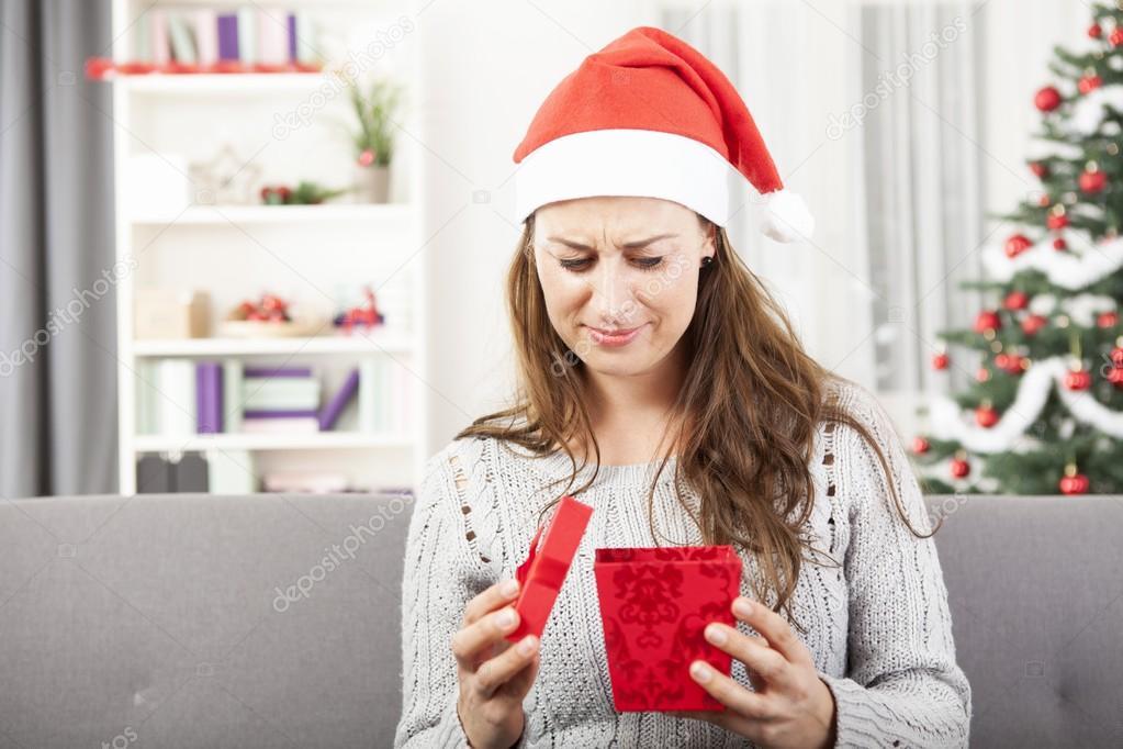 junges Mädchen ist traurig über Weihnachtsgeschenk — Stockfoto ...