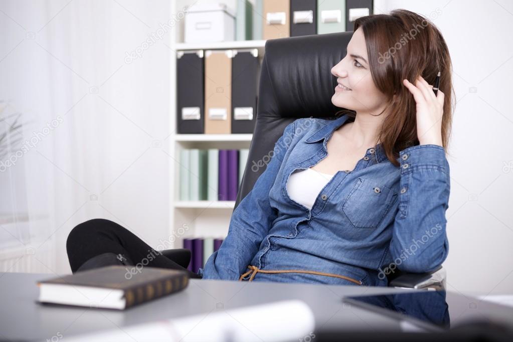 Bureau Photographie Femme Chaise Au — Détente Heureuse Sur xBdoerC