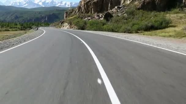 létání nad asfaltovou silnici