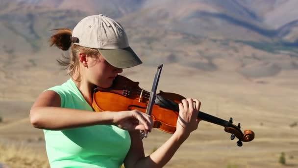 Gyönyörű nő játszik hegedű