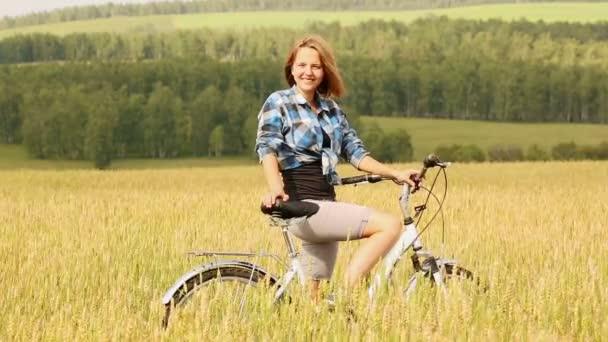 žena jedoucí na kole