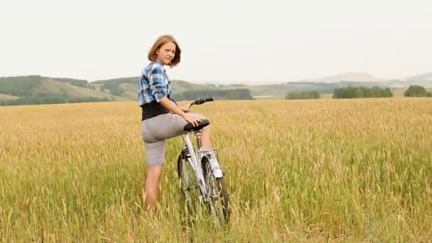 Fiatal nő kerékpárral