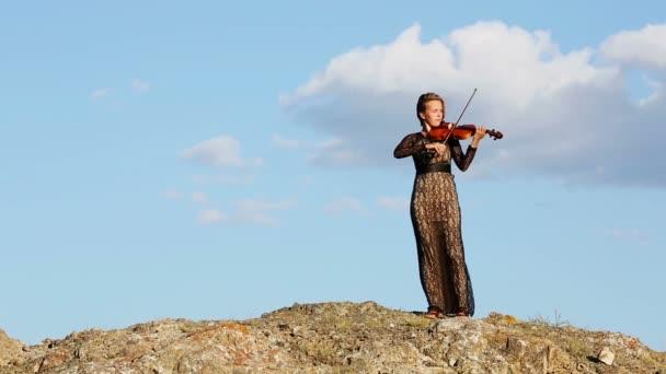 fiatal nő hegedül