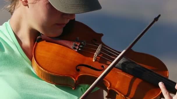 fiatal nő hegedülni