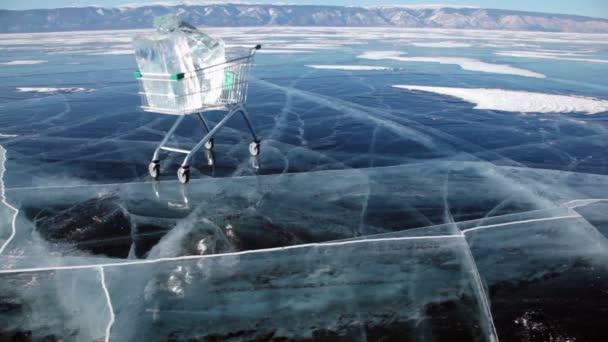 Bevásárló kosár a jeget a kocsi tekercs a fagyott felszín, a Bajkál-tó