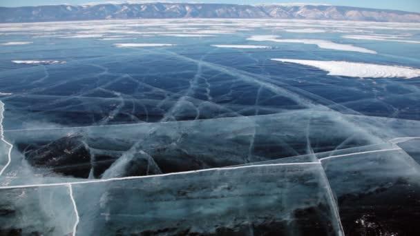 Nákupní vozík s kostkami ledu vozík rohlíky na zmrzlý povrch jezera Bajkal